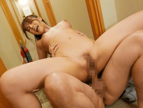 部屋のドアを開けて羞恥セックスする三上悠亜