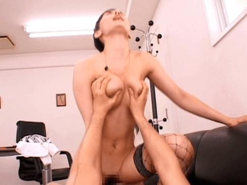 同僚と騎乗位セックスする小澤マリア