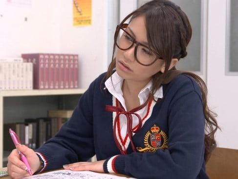 学生服姿の松本メイ