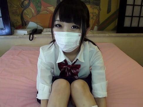 顔バレ防止にマスクをつける制服姿の夏乃ひまわり