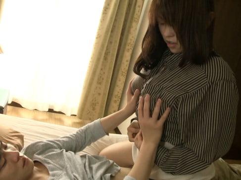 義理の息子に跨り、服を脱ぎ始める中森玲子