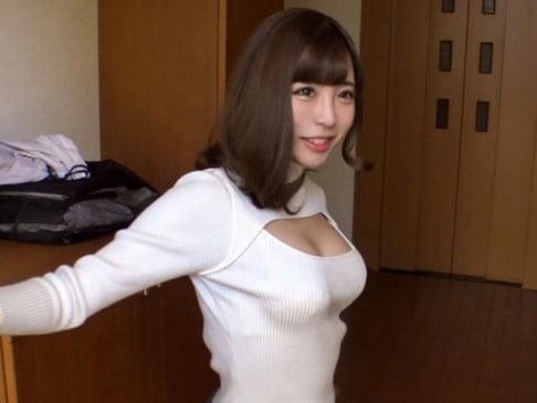 胸開きニットで出迎える若妻